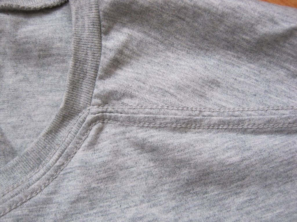 Аккуратные швы на футболке Jack Jones.